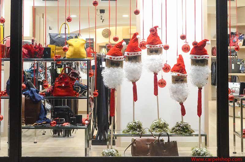 Babbi Natale con scope vetrine natalizie carpel Pelletterie
