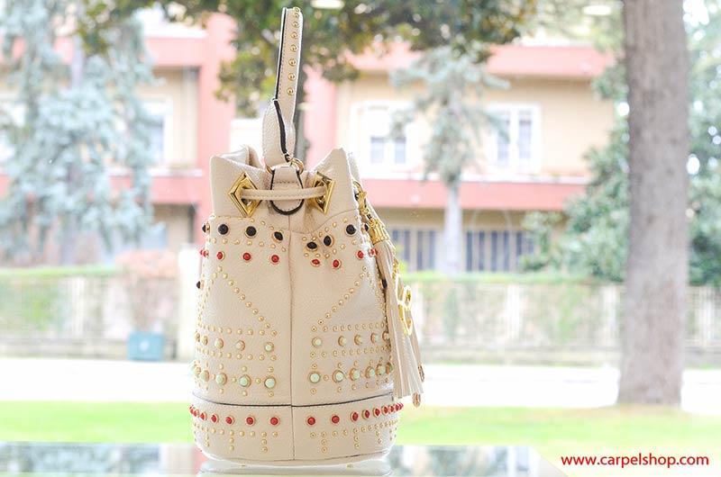 La Carrie Bag secchiello Pietre e Microborchie fianco beige