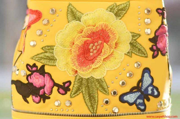 La Carrie Bag Ricami fiori e farfalle particolare