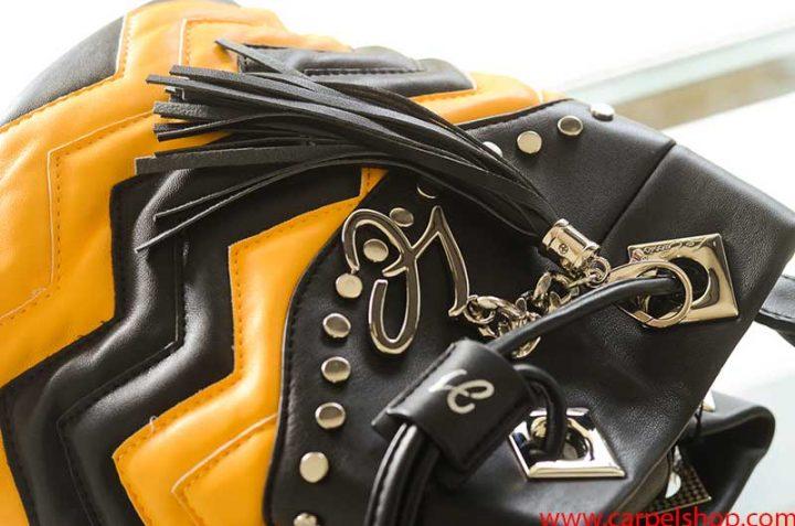La Carrie Bag Biker giallo nero pendaglio